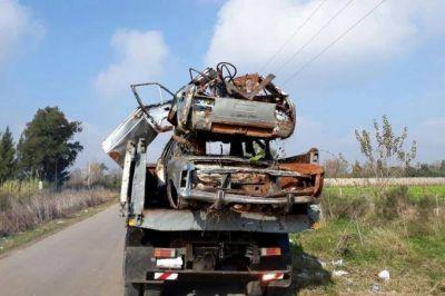 Para reducir el impacto ambiental, en La Plata retiraron y compactaron autos abandonados en la calle