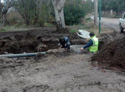 Personal municipal trabaja en mejorar el drenaje de calles y redes de agua