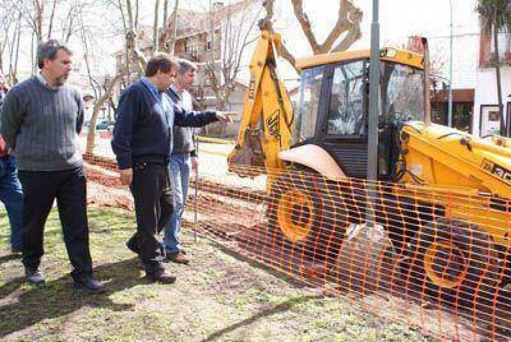 Se realizan obras para mejorar diferentes plazas de la ciudad