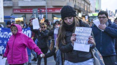 Más de 300 personas marcharon en repudio de la quita de pensiones