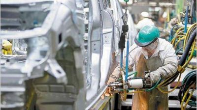 La actividad industrial retrocedió en abril 2,2%, según la UIA