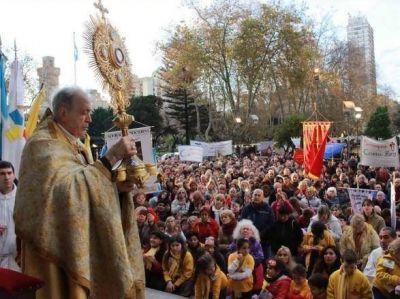 El obispo presidió un multitudinario y soleado Corpus Christi en Mar del Plata