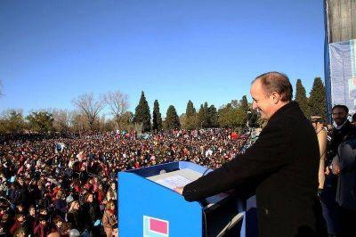 Miles de alumnos de 150 escuelas prometieron lealtad a la Bandera