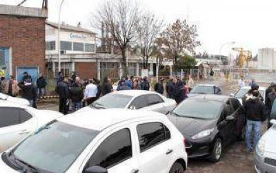 Protesta de trabajadores en la planta Carboclor de Campana: Denuncian 150 despidos
