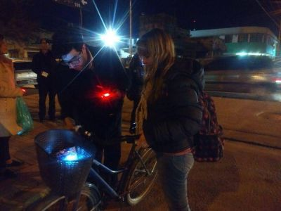 Cambiemos entregó luces a ciclistas, para promover la seguridad vial