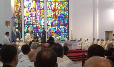 """Ante una multitud, el nuevo obispo castrense llamó a """"tender puentes"""""""