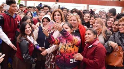 La Gobernadora inauguró Creo Santiago acompañada por miles de jóvenes