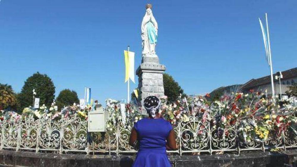 Boom de visitas a los lugares santos, pero es turismo de pisa y corre