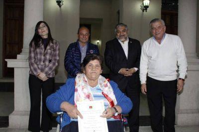 Infante entregó decretos de adjudicación y escrituras