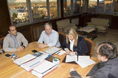 Bertone firmó el contrato para la construcción de una planta cloacal