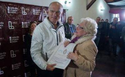 Grindetti entregó escrituras a vecinos de Lanús