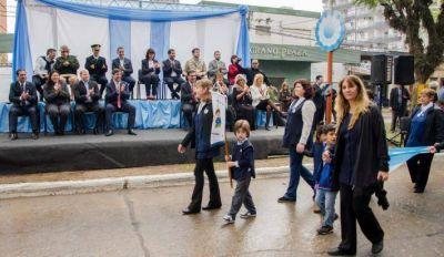 Gustavo Martínez acompañó a alumnos y familias en el acto del Día de la Independencia argentina