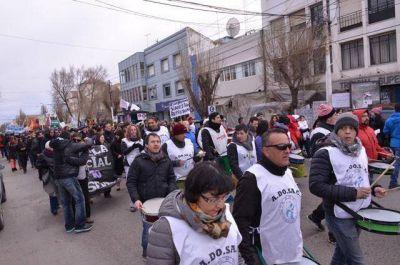 Estatales marcharon y realizaron un acto en Casa de Gobierno