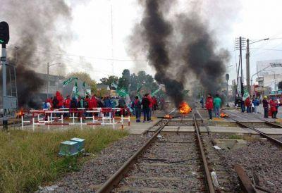 Sobrero lanzó un paro en el tren Sarmiento tras el desalojo en PepsiCo