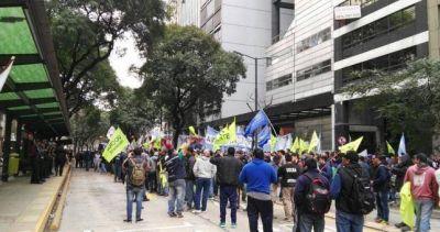 Obreros de Atucha marcharon a Trabajo y Triaca se encargó de ratificar los despidos
