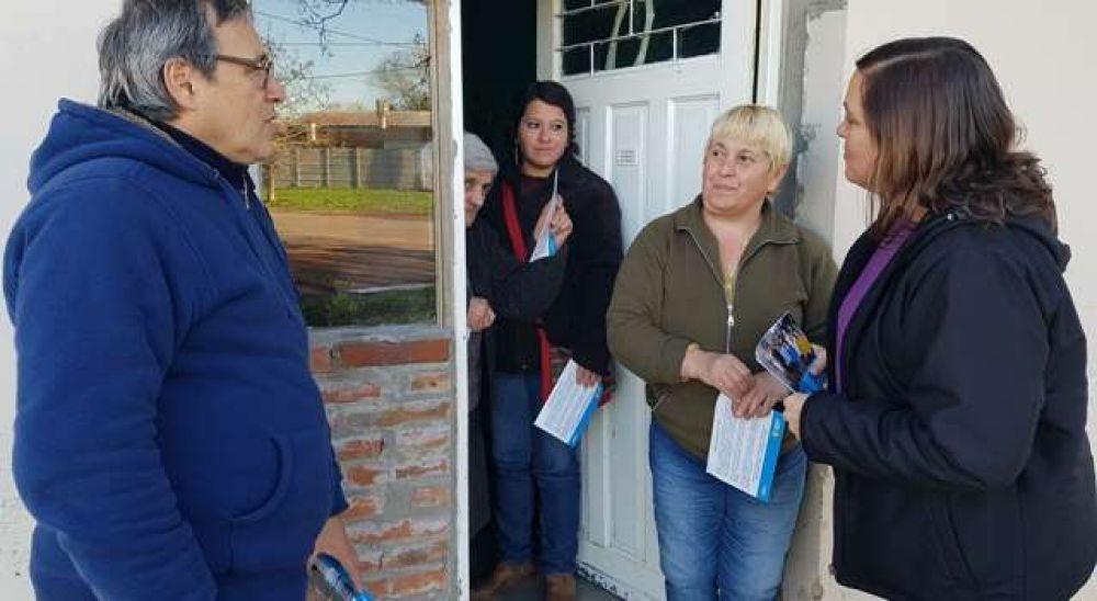 Los candidatos de la lista 2 de Unidad Ciudadana Saladillo charlando con los vecinos