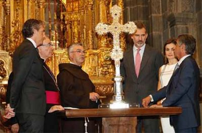 El Rey Felipe VI de España venera la santa cruz de Liébana