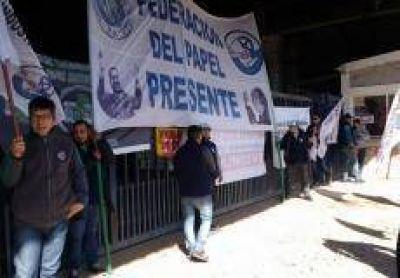Escrache en las puertas de Celupaper: Federación de papeleros reclama por