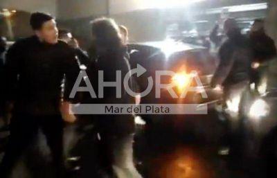 Video: un joven a los tiros en la puerta de un boliche de Playa Grande