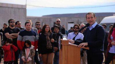 Gutiérrez entregó casas en Rincón a familias petroleras