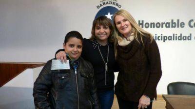 El municipio entregó becas educativas a estudiantes de la ciudad