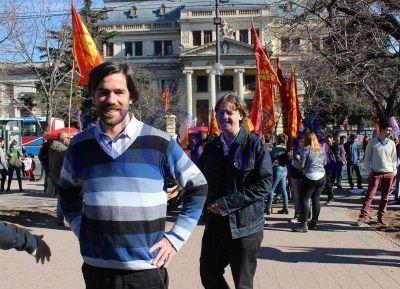 Presentándose como la única alternativa al ajuste, los candidatos del FIT recorrieron las calles de La Plata