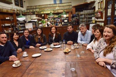 Los candidatos porteños de Unidad Ciudadana se reunieron con CFK en un bar de Barracas