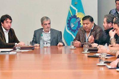El gobernador reunió a sindicalistas y delegados del sector petrolero en Rawson