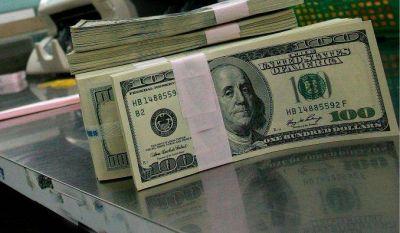A cuatro días de las PASO, el dólar se recalentó y trepó al récord de $18,05