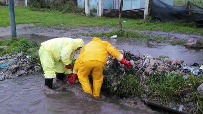 Ardua tarea de operarios de OSSE para limpiar sumideros