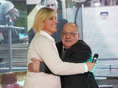 """Baragiola y Arroyo en un abrazo con """"replay"""" luego del contundente triunfo de Cambiemos"""