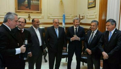 Gobierno se mostró con gobernadores peronistas que festejaron en las PASO
