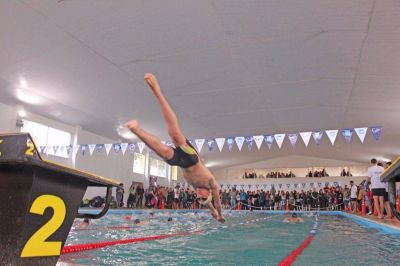 De Jesús inauguró un natatorio de Santa Teresita