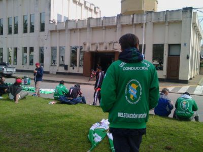 Trabajadores de limpieza protestan frente a la Cooperativa Eléctrica