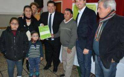 Berisso: El Intendente entregó ochenta escrituras de propiedad a familias del distrito