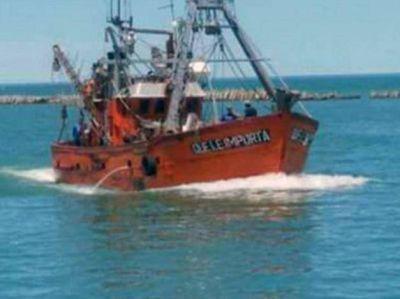 """Siete tripulantes """"Que le importa"""" rescatados luego de hundirse el pesquero en Rawson"""