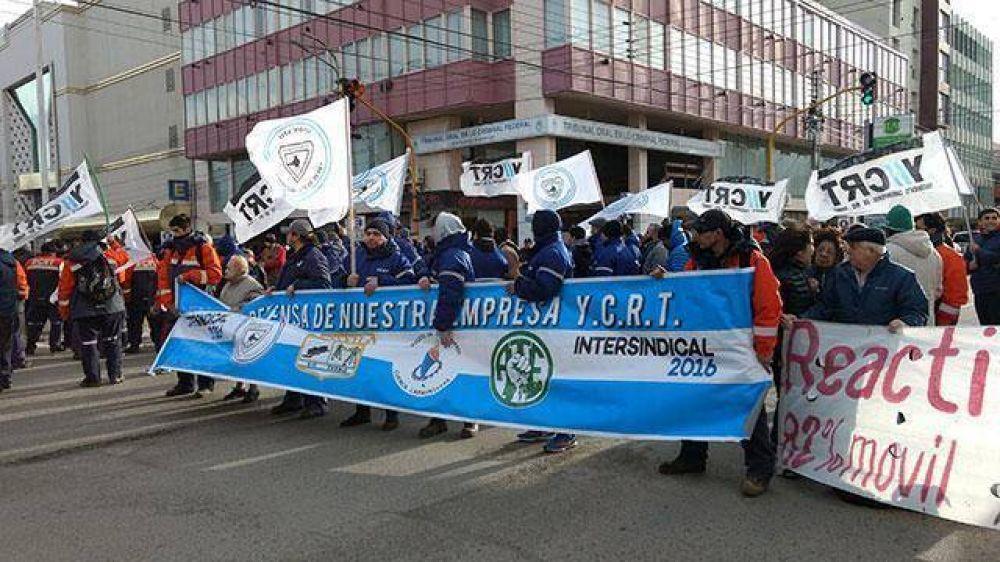 Manifestación de trabajadores para demandar la reactivación de Loyola