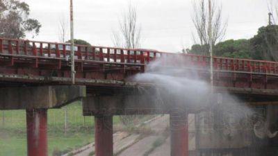 El tránsito de camiones agrandó la pérdida de agua en el Puente Dardo Rocha
