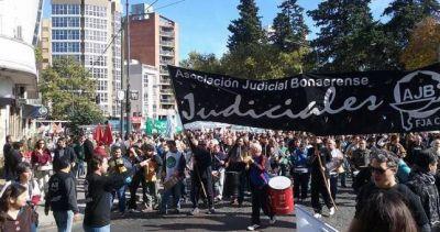 Para quebrar la resistencia, ordenan descontar los días de paro a los judiciales bonaerenses