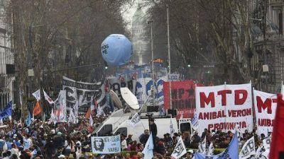 El Gobierno vuelve a convocar a los movimientos sociales y desalienta las protestas de mañana