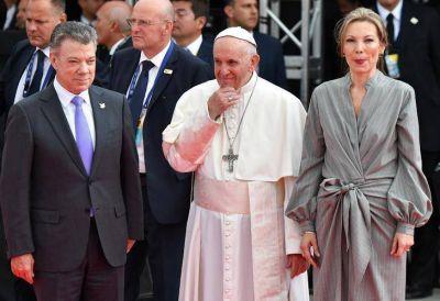 """El papa Francisco llegó a Colombia para apoyar su """"camino de paz"""""""
