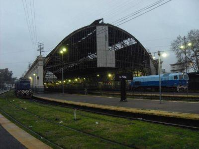 """El tren sigue sin llegar a La Plata y aseguran que """"la demora es inexplicable"""""""
