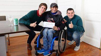 Juan Andreotti otorgó un apoyo económico al basquetbolista en silla de ruedas Leonado Soria