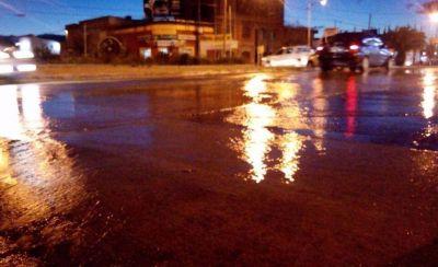 Se rompió un caño de agua en Pringles y Del Valle
