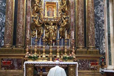 El Papa acude a la Virgen a su llegada a Roma