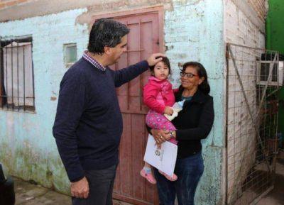 Capitanich entregó nuevos títulos de propiedad a familias del barrio Santa Rita