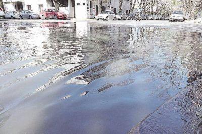No aflojan las quejas por enormes desbordes cloacales y falta de agua