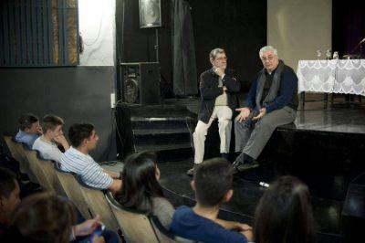 El padre Carlos Sánchez pidió a los jóvenes que se miren más a los ojos y menos el celular
