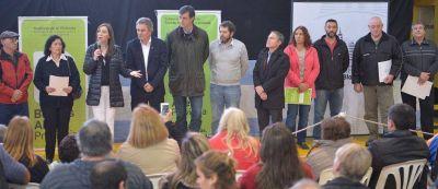 Vidal y Gay encabezaron acto de entrega de escrituras a 370 familias