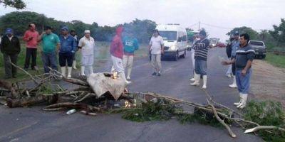 Corrientes: trabajadores de frigorífico cortan la Ruta 5